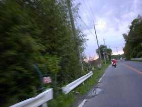 前の二人にどんどん離される黒兄。緩やかな上り坂でも、スピードは急激に落ちる。