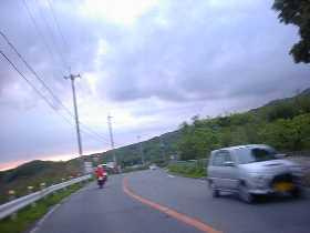 どうやら早急に駆動系のオーバーホールが必要と思われる。前の二人は60km/h程のスピード。