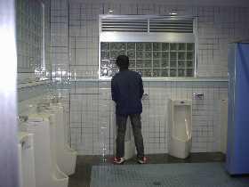 さっそく道の駅のトイレで尿を足す黒木兄弟(弟)。