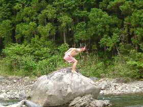 川へ飛び込むダンディー。